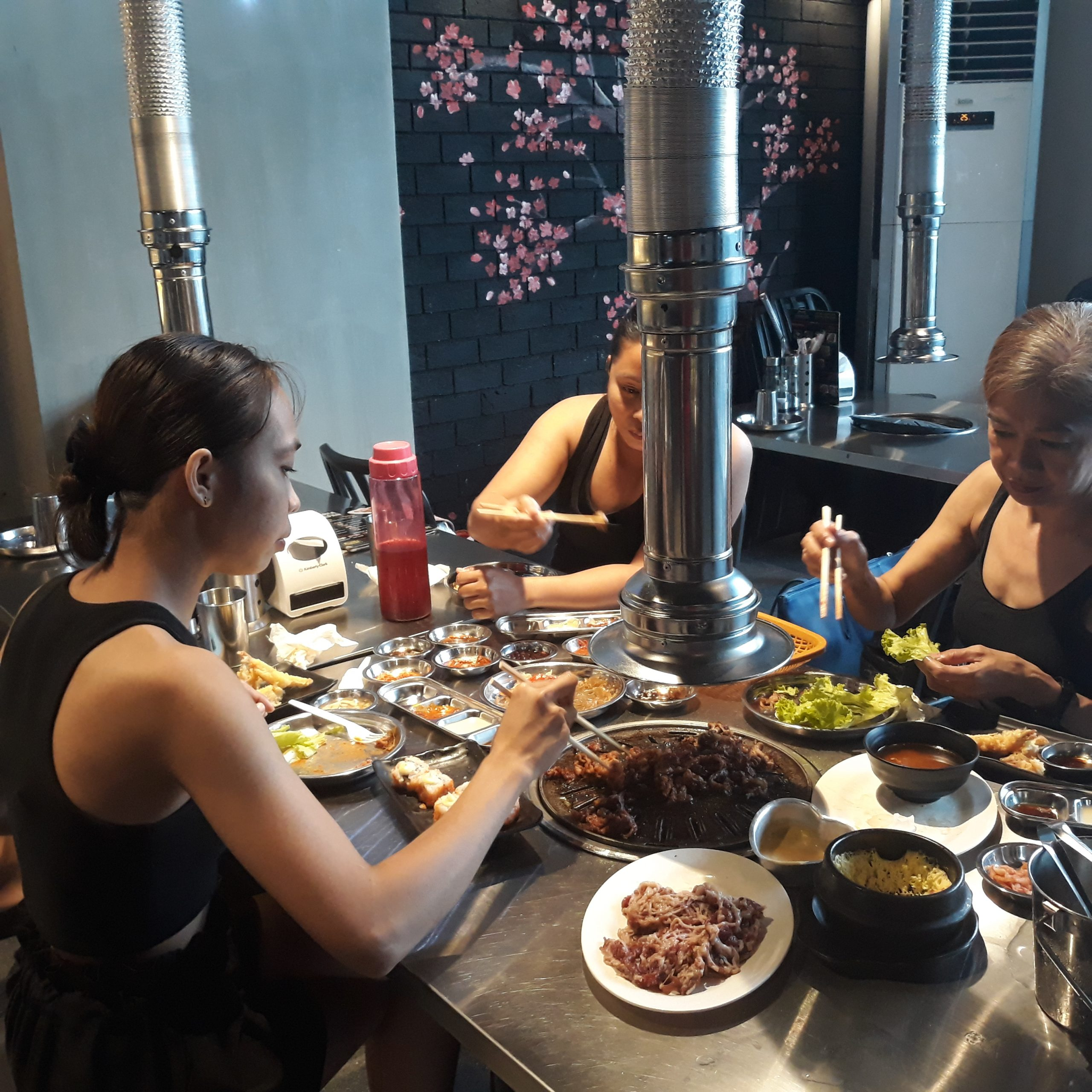 Customers eating inside Seoulgyupsal Alabang.