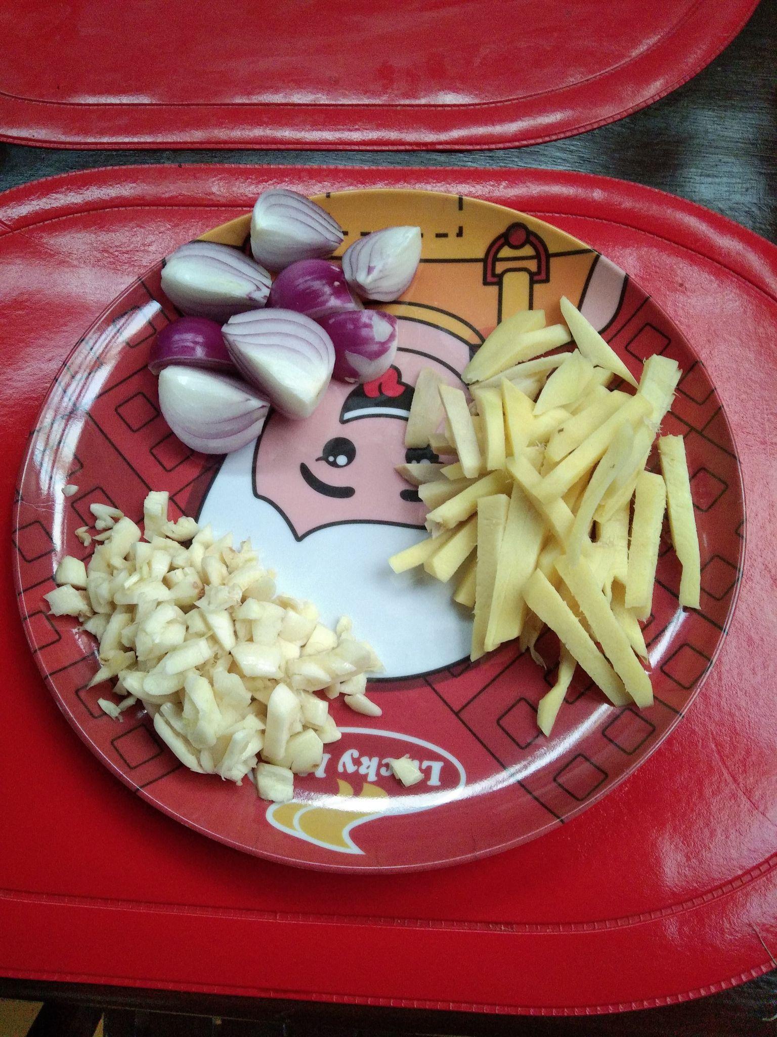 Slices of garlic, onions, and garlic.